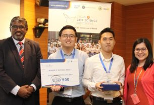 Monash University winners Leong Zhuan Kee (second right) and Peh Wei Li ...